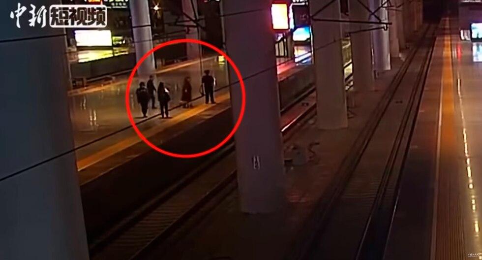 Salta a la vías justo antes de que llegue un tren para asustar a su novio tras acalorada discusión. (China News / YouTube)
