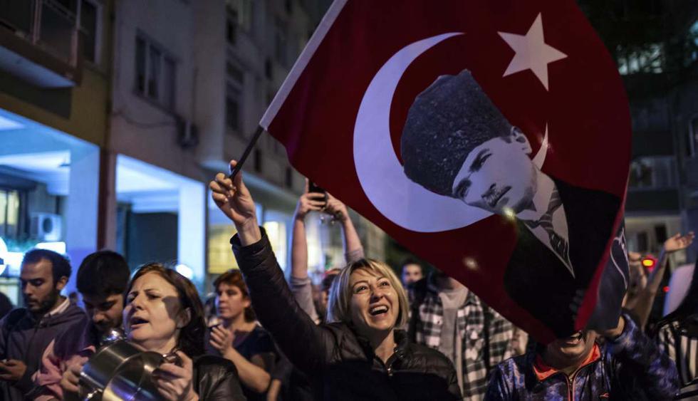 Partidarios del alcalde de Estambul, Ekrem Imamoglu, gritan lemas antigubernamentales cuando participan en una protesta contra la anulación de la elección de la alcaldía de Estambul. (Foto: AFP)