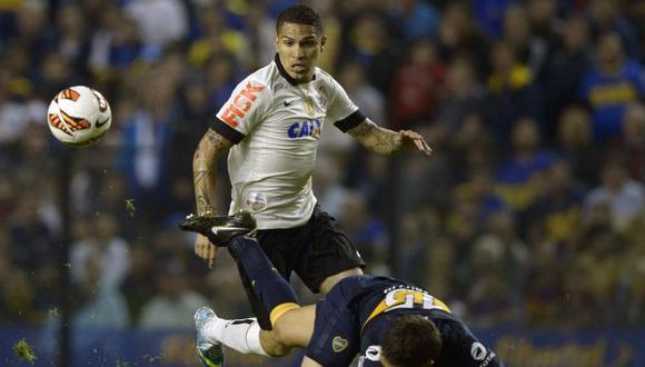 GUERRERO SOLITARIO. El delantero peruano fue muy marcado por los defensas argentinos. (AFP)