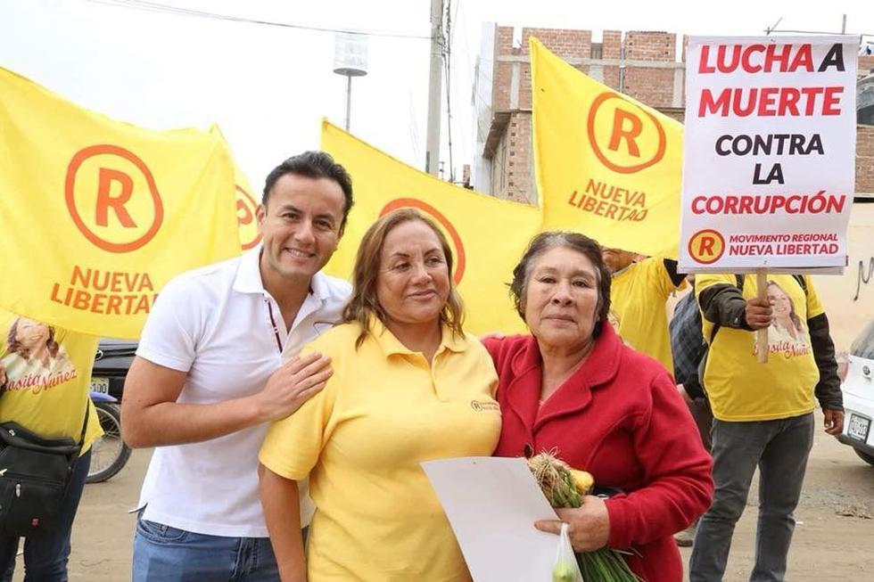 Richard Acuña apoyó acompañó apoyó la campaña política de su madre, la ex parlamentaria Rosa Núñez.