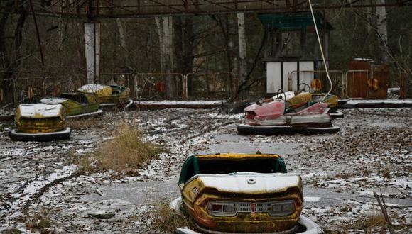 Autos chocones en un parque de diversiones abandonado en la ciudad fantasma de Pripyat, no lejos de la planta de energía nuclear de Chernóbil. (Foto: GENYA SAVILOV / AFP).