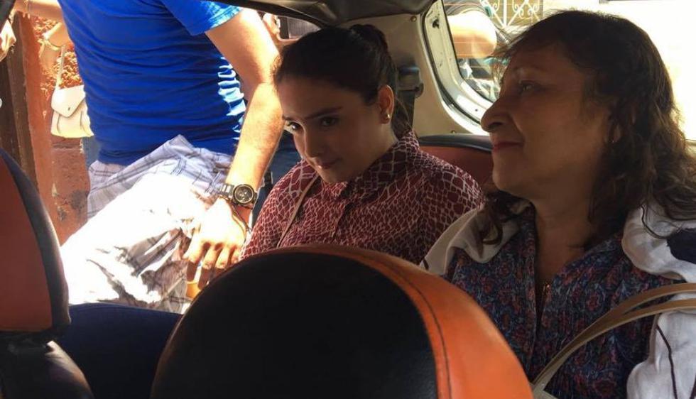 Katiuska del Castillo se dirige a visitar su abuela junto a su madre. (Nadia Quinteros)
