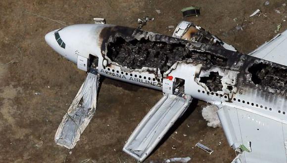 RESTOS. Avión de Asiana Airlines, con 300 personas a bordo, se incendió en terminal de San Francisco. (AFP)