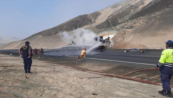 Áncash: voluntarios de la Compañía de Bomberos, para controlar el fuego, usaron un camión de agua de la Municipalidad Provincial del Santa. (Foto: Difusión)