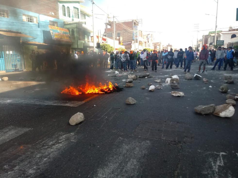 Cientos de obreros de Construcción Civil protestaron en la sede del Gobierno Regional de Arequipa. (Lino Mamani)