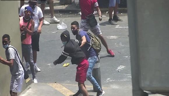 Cámaras de seguridad de la Municipalidad de La Victoria captaron el enfrentamiento entre ambulantes y fiscalizadores. (Foto: La Victoria)