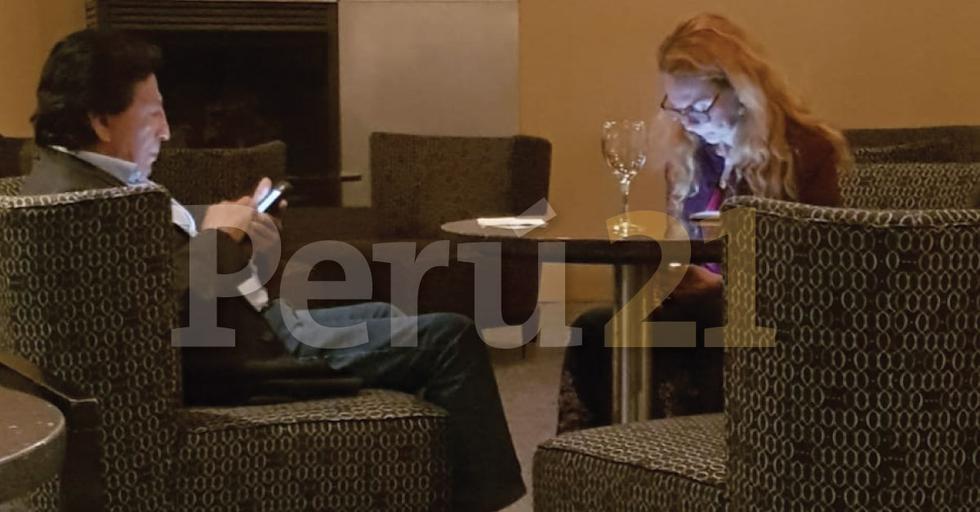 Alejandro Toledo y Eliane Karp bebiendo una copa en el bar del hotel Washington Plaza el viernes por la noche. (Perú21)