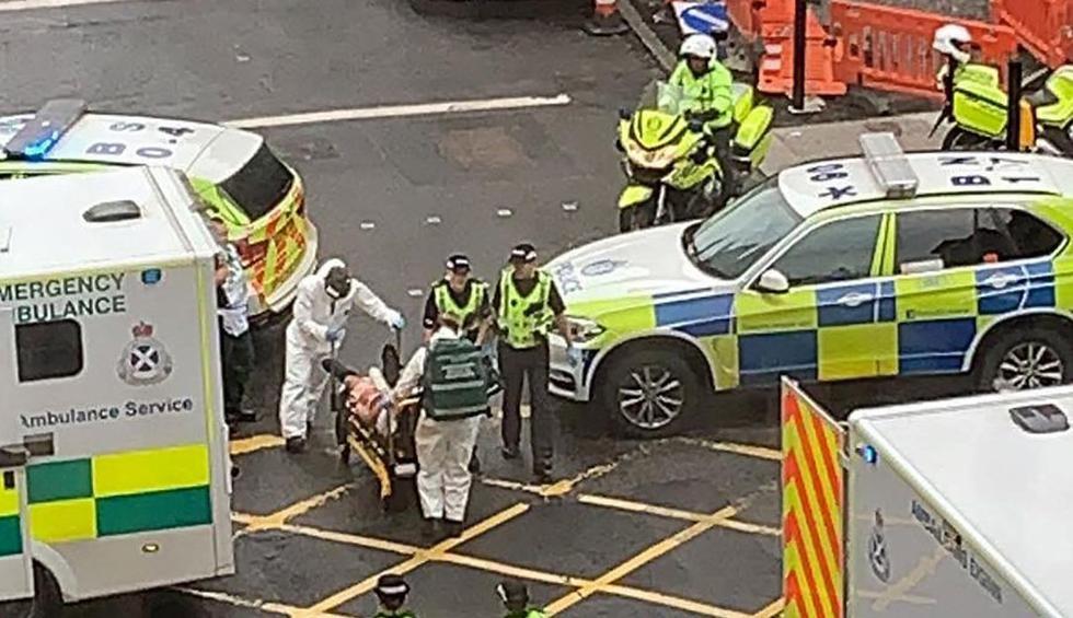 Imagen de socorristas trasladando a una víctima de un incidente en el centro de Glasgow. (AFP/Milroy1717).