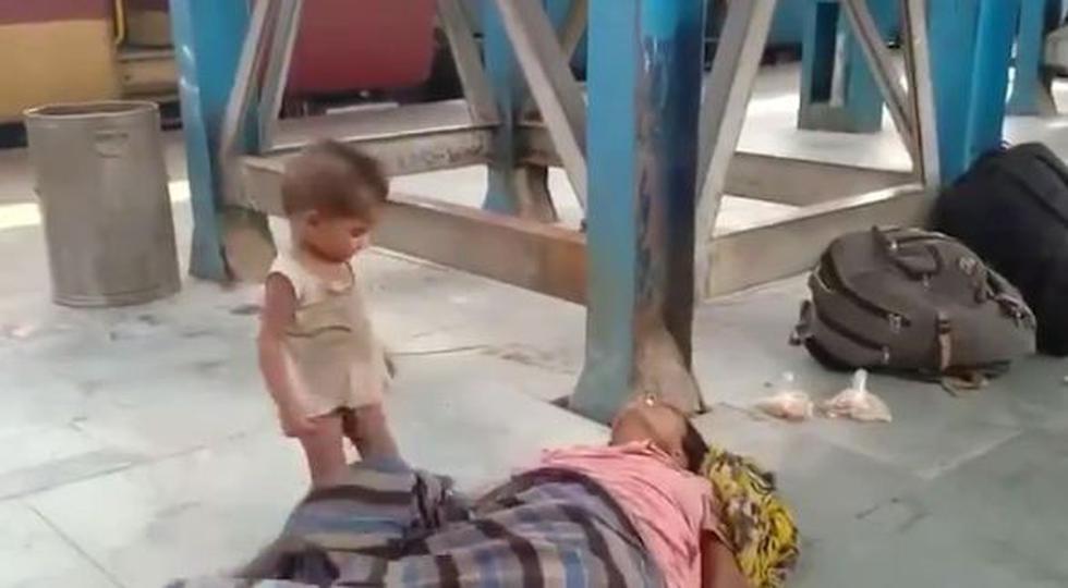 Niño intenta despertar a su madre muerta durante su travesía en plena pandemia: la cruda imagen del drama de los migrantes en India.