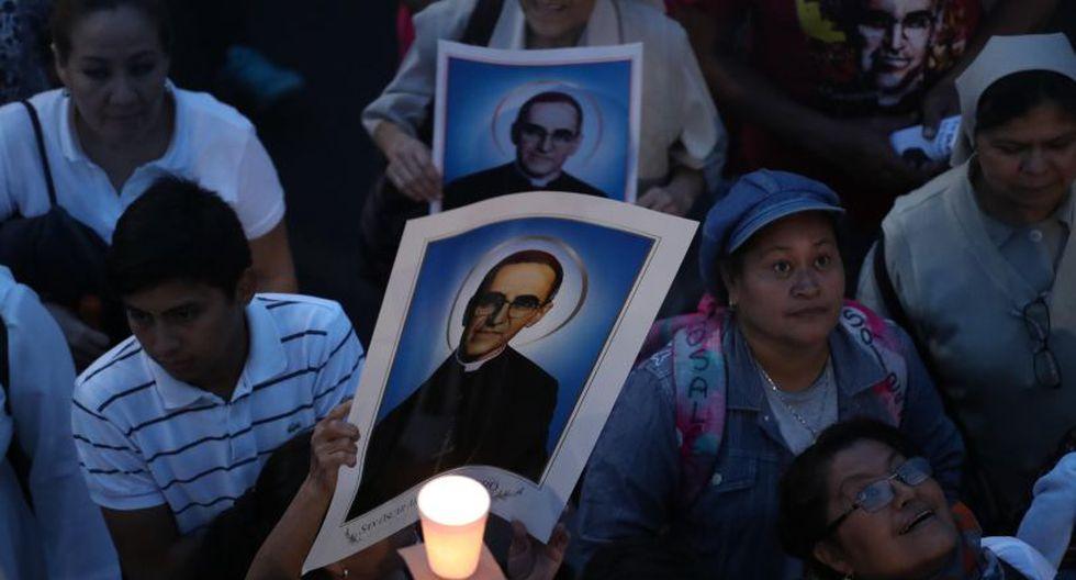 En un ambiente festivo, los salvadoreños cantaban y enarbolaban banderolas con la imagen del religioso, asesinado en 1980. | Foto: EFE
