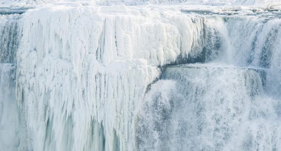 Las cataratas del Niágara se congelan por el intenso invierno que azota Norteamérica. (AFP)