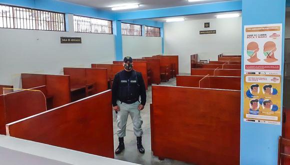 La sala de abogados tiene 16 módulos, los cuales cuentan con el respectivo distanciamiento social y micas de protección para evitar el contacto directo entre reos y sus abogados. (INPE)