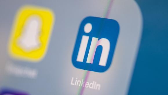 Esta imagen de archivo de ilustración tomada el 24 de julio de 2019 en París muestra el logotipo de la aplicación de red social estadounidense Linkedin en la pantalla de una tableta.  (Foto: Martin BUREAU / AFP)