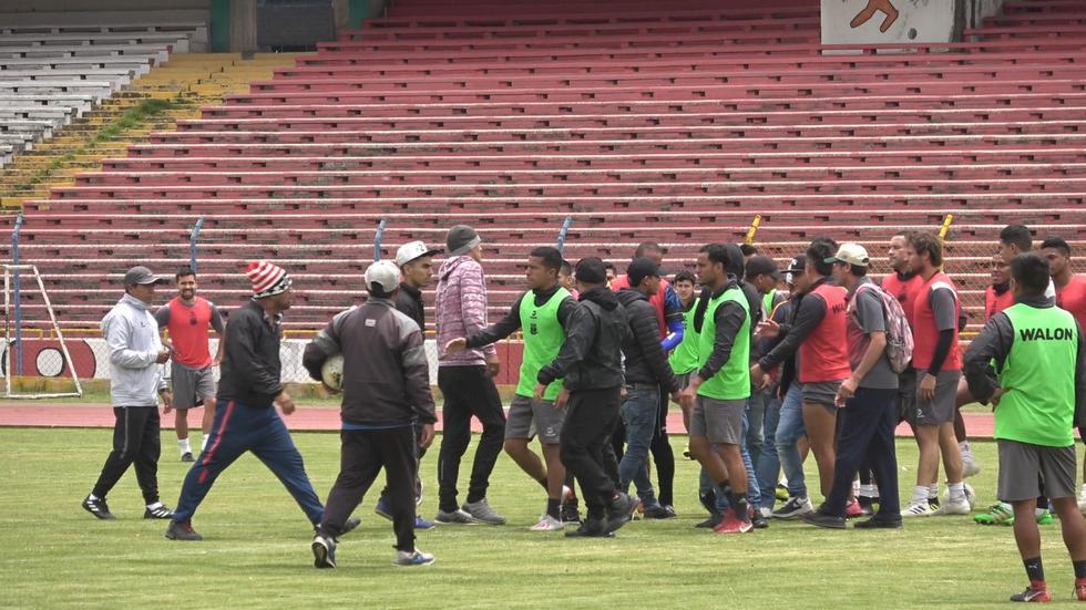 Hinchas de Sport Boys llegaron armados a los entrenamientos de Sport Huancayo para amenazarlos. (Foto: Jhefryn Sedano)