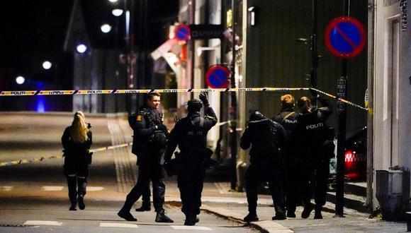 La policía de Noruega acordona el lugar donde se produjo un ataque mortal con arco y flecha en Kongsberg. (HÅKON MOSVOLD LARSEN / NTB / AFP).