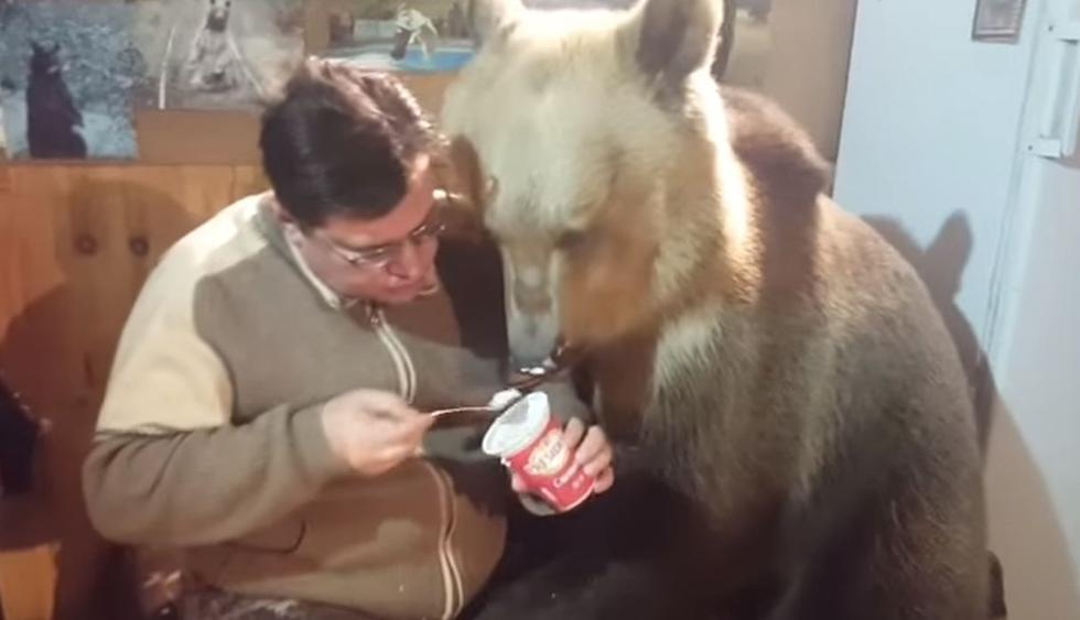 El hombre nunca sintió miedo al tener al oso a su costado y alimentarlo con un poco de helado. (Facebook: @viralhog)
