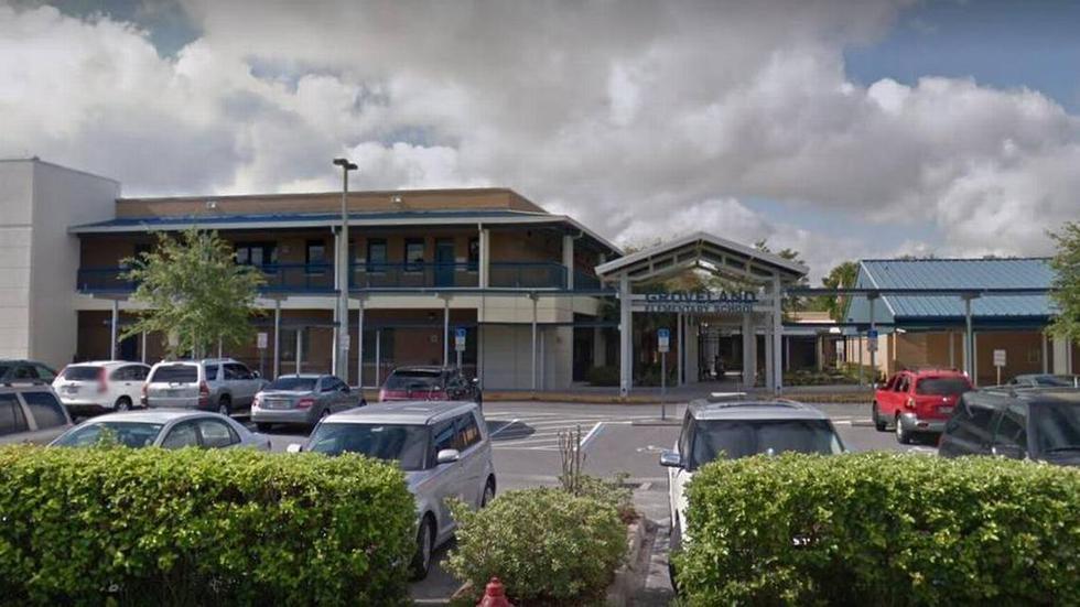 """Florida: Suspenden sin paga a maestra y directivo de colegio por """"juguetear"""" en armario. (Google Maps)"""