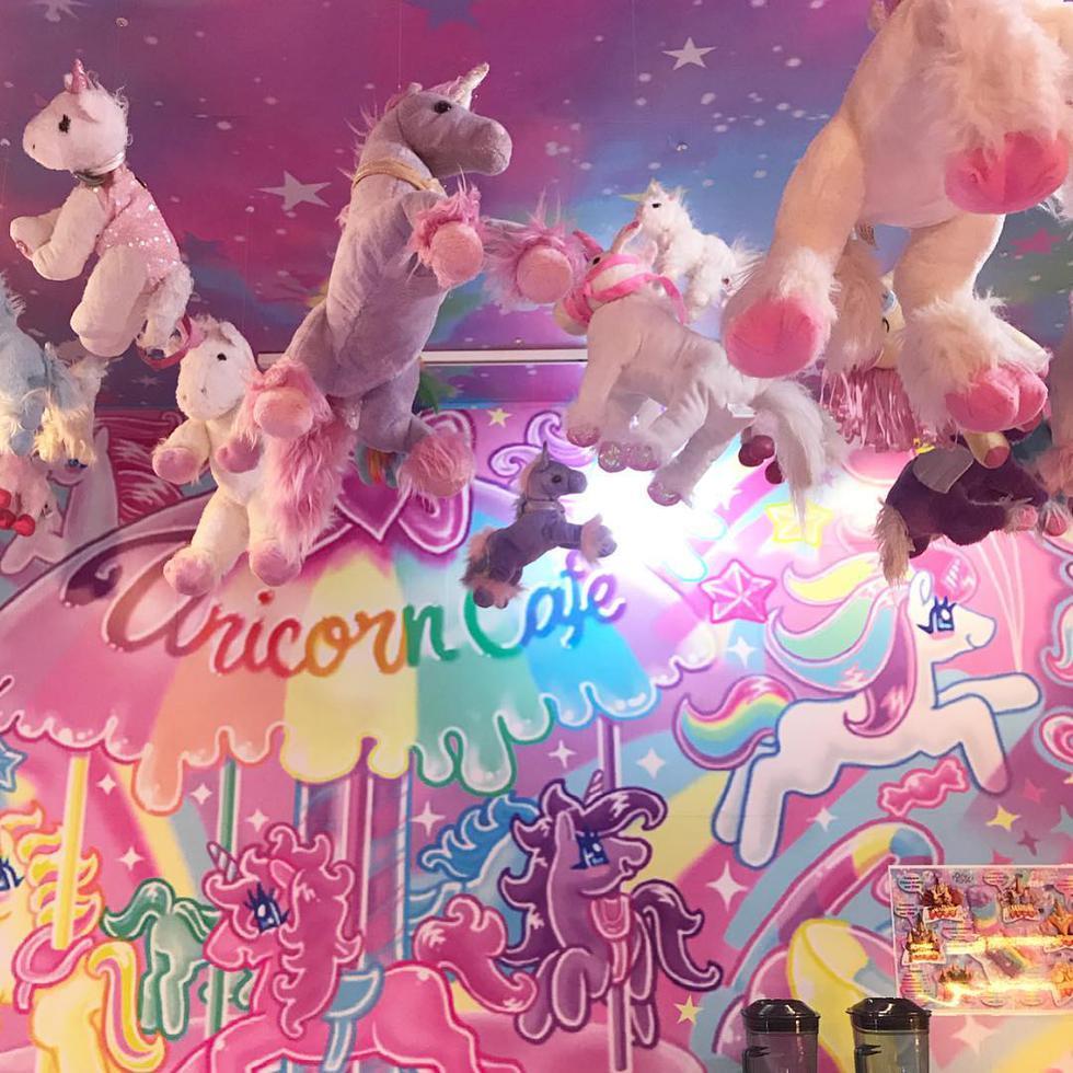 'Unicorn Brand Café' es una cafetería repleta de peluches o imágenes de unicornios ubicada en Bangkok, Tailandia en donde el ser mítico es el protagonista. (@unicornbrand)