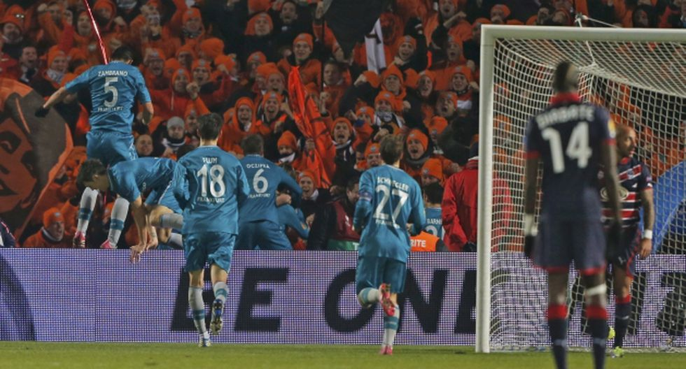 EUFORIA. Zambrano, con el 5, salta el panel de publicidad para festejar el gol de la clasificación. (Agencias)