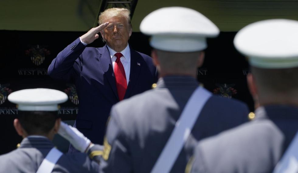 El presidente de los Estados Unidos, Donald Trump, saluda a los cadetes en la ceremonia de graduación de la Academia Militar de EE. UU. 2020 en West Point, Nueva York, 13 de junio de 2020. (AFP /TIMOTHY A. CLARY)