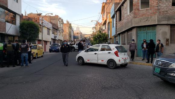 Arequipa: Dos sujetos con armas de fuego interceptaron taxi y asaltaron a chofer y pasajera. (GEC)