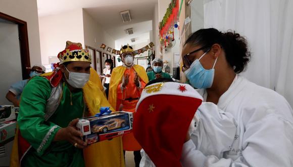 Médicos se disfrazan de Reyes Magos y llevan regalos a niños enfermos | VIDEO