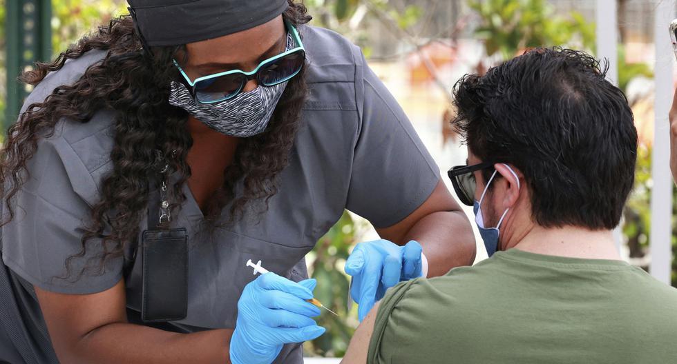 Imagen referencial en donde se ve a una persona recibiendo una dosis de la vacuna contra el coronavirus en Estados Unidos. (AP/Joe Burbank).