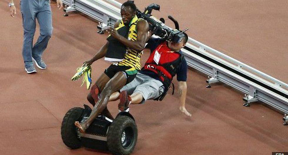 Mientras Usain Bolt caminaba y saludaba al público, un camarógrafo lo derribó. (EPA/BBC)