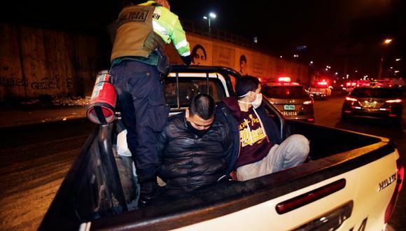 Los sujetos fueron detenidos por la Policía en El Agustino por beber licor en pleno toque de queda. (Foto: César Grados/@photo.gec)