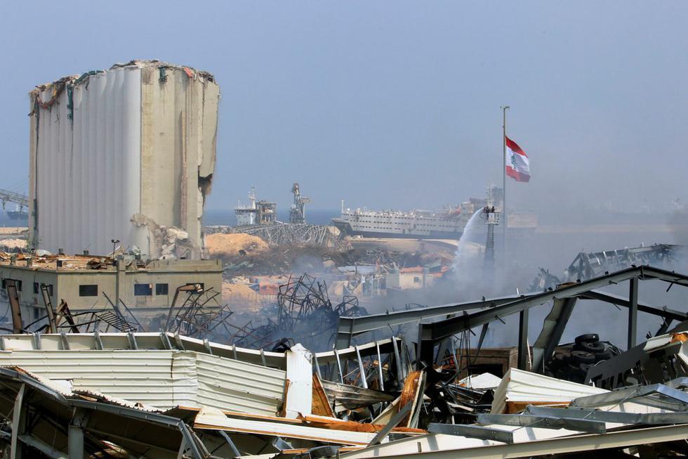 El humo se eleva en el sitio de un incendio que estalló el jueves en el puerto de Beirut (Líbano). (REUTERS/Aziz Taher).