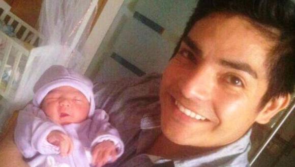 Erick feliz con su bebé Flavia. (Twitter: Erick Elera)