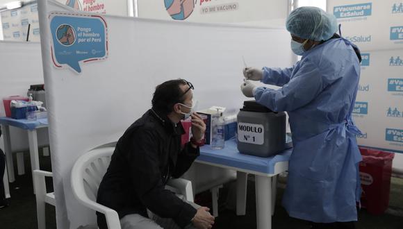 Ciudadano atento a la jeringa que usará el personal de salud para vacunarlo hoy en el Complejo Deportivo de San Isidro. (Foto: Jéssica Vicente / GEC)