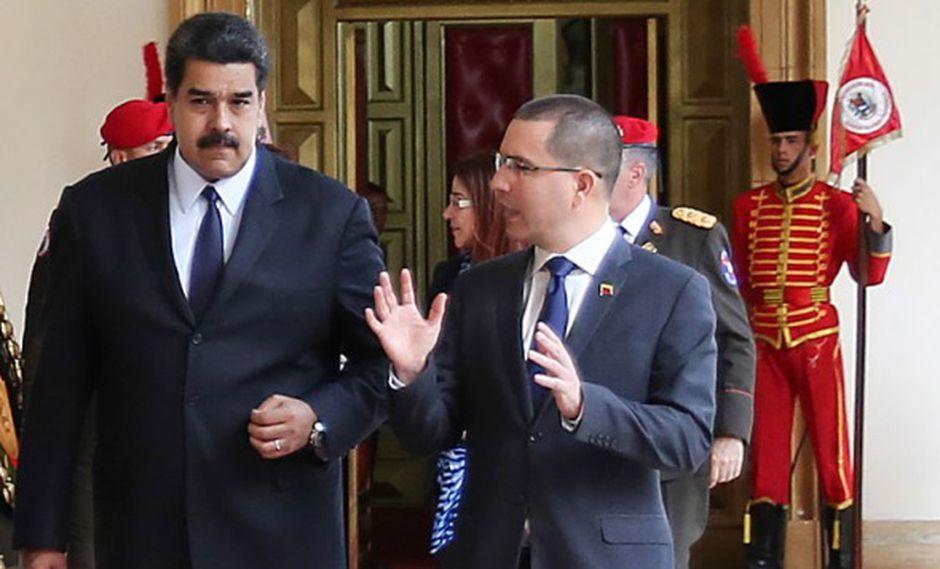 Nicolás Maduro y su canciller, Jorge Arreaza, caminan juntos. (Foto: AFP)