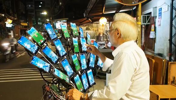 A sus 70 años,Chen San-yuan recorre cada día decenas de kilómetros para jugar al 'Pokémon Go'. (EFE)