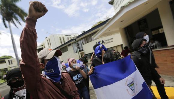 Estudiantes nicaragüenses de la Universidad Centroamericana (UCA) protestan dentro de la universidad contra el gobierno del presidente Daniel Ortega en Managua. (Foto: AFP)