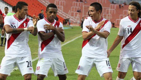 LA 'MAGIA'. Reyna celebró el 2-0 bailando con Gómez, Deza y Benavente. (Leo Fernández/USI)