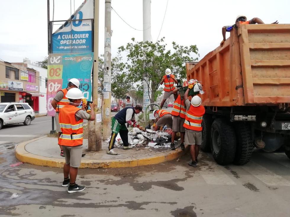 Soldados del Ejército apoyaron a la comuna y recogieron la basura acumulada en la ciudad. (Foto: Nadia Quinteros)