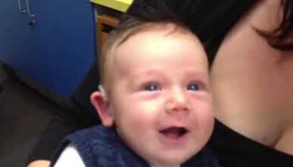 Los padres del menor grabaron el momento en el que el doctor le puso el dispositivo de asistencia auditiva y pudo escuchar al fin sus voces. (Foto: Leon Lever en YouTube)