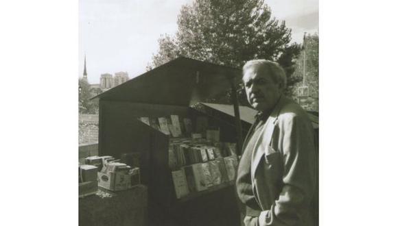 Loayza en las librerias de la rivera del Sena, Paris, 2004 (Archivo Abelardo Oquendo).