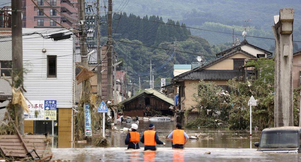 Los oficiales de policía buscan a residentes atrapados en un área inundada en Hitoyoshi, prefectura de Kumamoto (Japón). (Mandatory credit Kyodo/REUTERS).