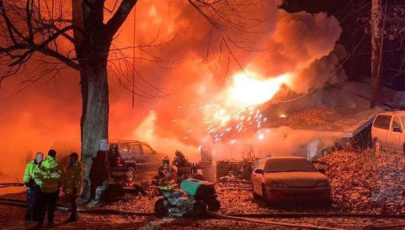 Tres investigadores estatales de incendios se apersonaron al lugar para determinar la causa del fuego en Indiana. | Foto: AP