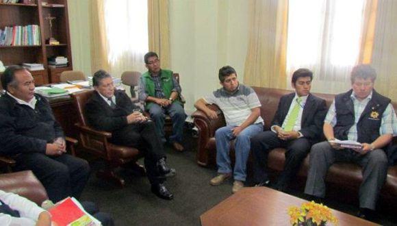 PARTICIPA EN REUNIONES. César Choque Ticona (de verde) se reúne con las autoridades de Arequipa. (Difusión)