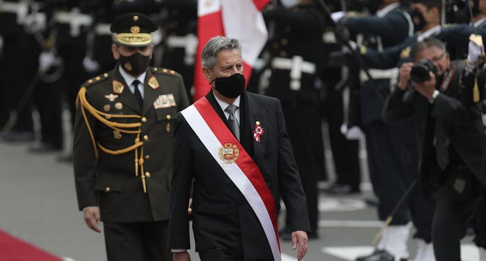 Francisco Sagasti entregó la banda presidencial fuera del Congreso al concluir su mandato