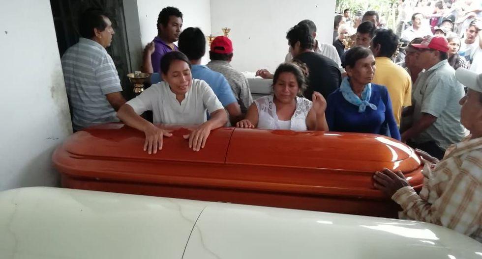 Los féretros de los seis fallecidos llegaron al caserío El Espinal, en Oyotún, pasada las 4:00 de esta tarde. (Foto: Nadia Quinteros)