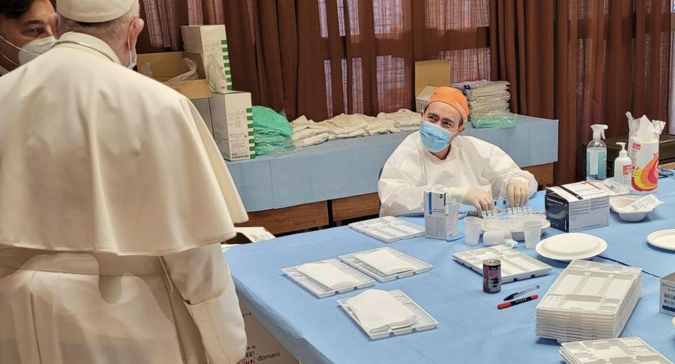 Imagen muestra al papa Francisco visitando el lugar de vacunación de algunas personas sin hogar o personas en dificultades en el atrio de la Sala Pablo VI. en el Vaticano, el 2 de abril de 2021. (EFE/EPA/VATICAN MEDIA).