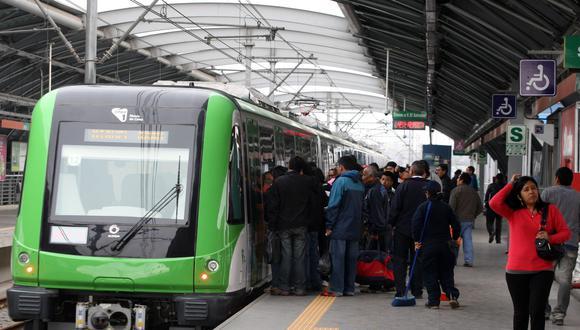 Según los pasajeros, tuvieron que esperar varios minutos para poder abordar los vagones del Metro de Lima. (Foto: Andina)