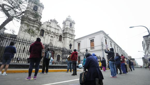 Ante la imposibilidad de ingresar a las iglesias, algunas personas optan por rezar en los exteriores. (Fotos Miguel Yovera /@photo.gec)