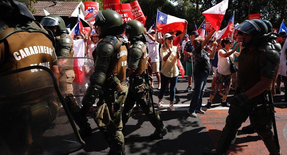 Cerca de un millar de manifestantes expresaron su rechazo a elaborar una nueva Constitución y respaldaron la continuidad de la actual carta magna heredada de la dictadura de Augusto Pinochet. (EFE).
