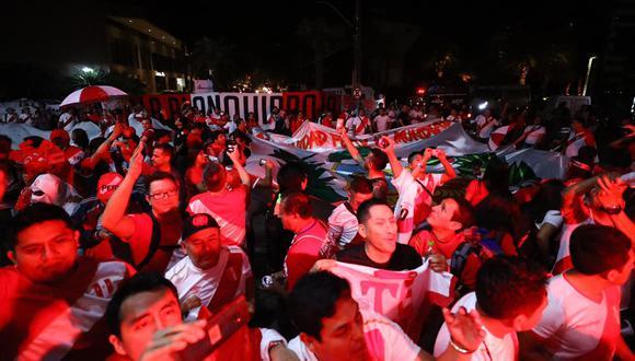 Hinchas peruanos realizan banderazo afuera del hotel donde concentra la selección peruana en Brasil. (Daniel Apuy)