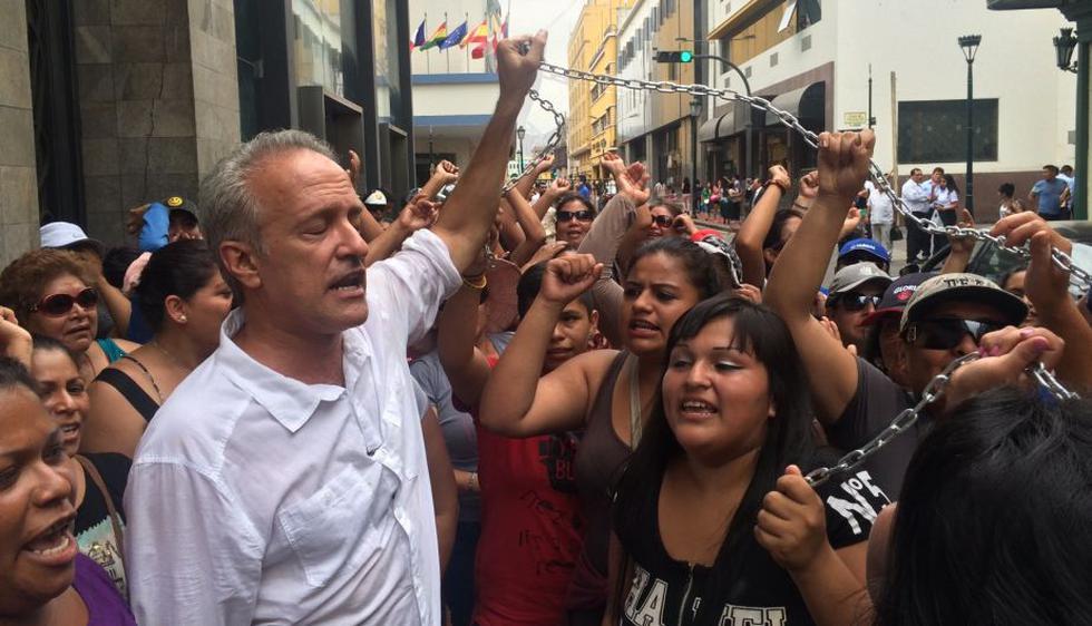 Nano Guerra García se encadenó en la Plaza de Armas en protesta por inscripción de Julio Guzmán. (Pablo Vilcachagua)